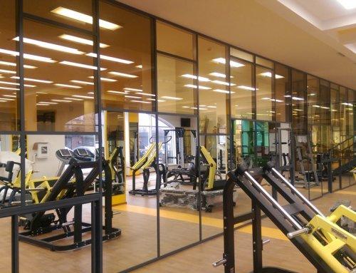 Офисные перегородки с цветным стеклом и зеркалами